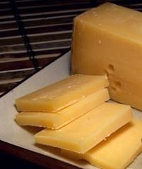 Молочные продукты и подагра: польза и вред, влияние молока на течение недуга и сыр в ежедневном рационе, допустимые дозы и противопоказания к употреблению