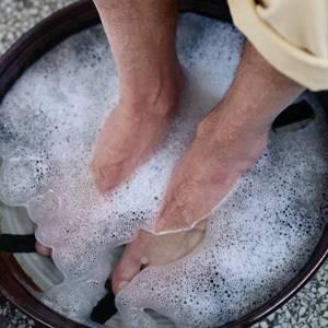 Как избавиться от косточки на ногах народными средствами: рецепты нетрадиционной медицины, способы и схемы их использования, полезные советы и рекомендации