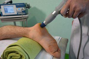 Пяточная шпора: причины и симптоматика заболевания, медикаментозное лечение и народная терапия, хирургическое вмешательство и ударно-волновая терапия