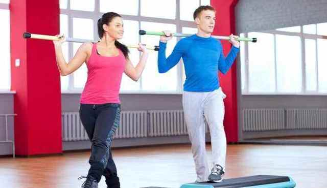 Упражнения с гимнастической палкой для осанки: преимущества и недостатки таких занятий, комплексы лечебной физкультуры и правила выполнения, противопоказания к тренировкам
