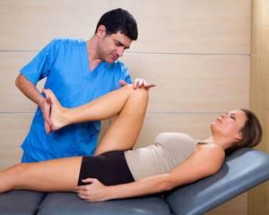 Гимнастика для пожилых людей для укрепления коленных суставов: особенности проведения спортивных комплексов, польза и преимущества, показания и противопоказания, отзывы
