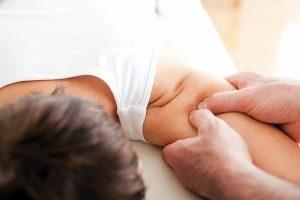 Можно ли делать массаж при остеопорозе: основные задачи процедуры, распространенные техники мануальной терапии, противопоказания и рекомендации врачей