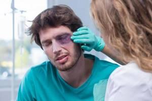 Как быстро убрать синяк под глазом: рекоменадации по оказанию первой помощи, обзор эффективных медицинских препаратов и нродных средств, правила их применения