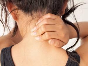 Болит шея сзади: почему возникает боль и как с ней справиться, признаки и возможные патологии, особенности терапии и медикаменты, применение лечебной физкультуры