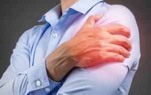 Почему болит плечо после сна: причины и характеристика болей, сопутствующие симптомы и диагностика, современные и народные методы лечения, меры профилактики