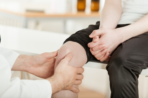 Болят колени при приседании: возможные заболевания и первая помощь, рекомендованные методы лечения и способы обезболивания, профилактические меры