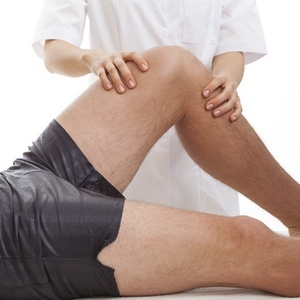 Хруст в коленях при сгибании и разгибании: причины и что делать, обзор эффективных мазей, компрессов и ванночек для борьбы с недугом, терапия в клинических условиях
