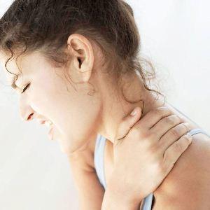 Ушиб шеи: симптомы, первая медицинская помощь пострадавшему, возможные осложнения, способы диагностики и лечения, последствия и реабилитация пациентов