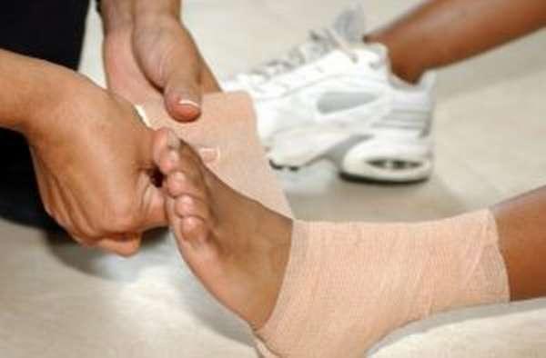 Боль в щиколотке: почему появляется и как устранить, первая помощь в случае травмы и для снятия синдрома, диагностика и лечение сопутствующих патологий
