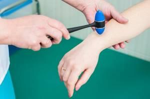 Немеет мизинец: физиологические факторы и принцип развития, возможные патологии и способы терапии, медикаменты и профилактика