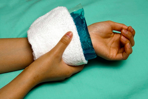 Гигрома запястья: описание, методы терапии и хирургическое удаление, использование физиотерапии при лечении патологии и народные рецепты