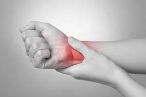 Перелом ладьевидной кости: классификация и причины повреждения, характерные симптомы и методы лечения, первая помощь и этапы реабилитации, возможные осложнения