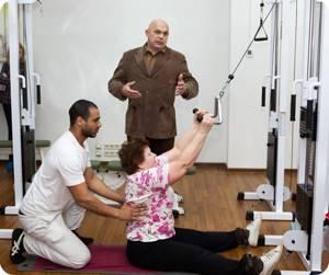 Можно ли висеть на турнике при остеохондрозе: техника выполнения и польза упражнений, возможные противопоказания и рекомендации врачей