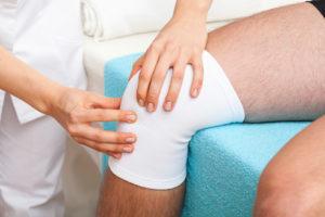 Ноет колено в состоянии покоя: причины патологического состояния, факторы риска и сопутствующие симптомы, первая помощь и методы лечения, меры профилактики