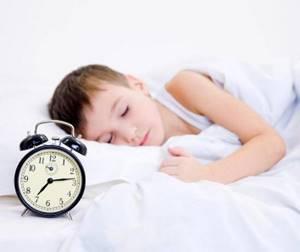 Почему у ребенка болит шея и что с этим делать, первая помощь в домашних условиях