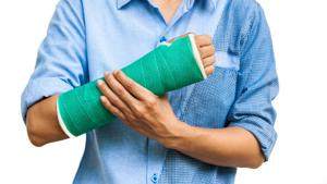 Вывих кисти: главные действия и инструкция, признаки и особенности травмы, последующая терапия и осложнения