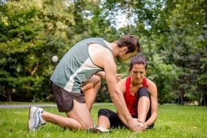 Можно ли греть ушиб: отличие травмы от перелома или вывиха, показания и противопоказания к применению тепловых процедур, рецепты народной медицины и правила их использования