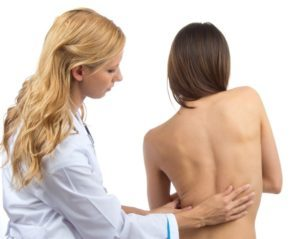 Горб на спине: признаки и последствия возникновения патологии, методы коррекции и эффективные способы терапии, профилактические меры и прогноз