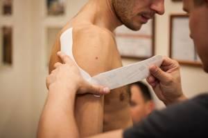 Тейпирование голеностопа при растяжении: показания и виды, техника и методика наклеиваниятейпа, противопоказания и осложнения