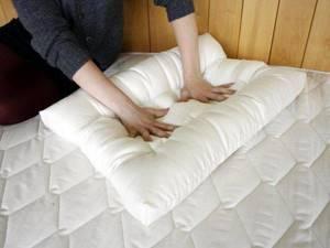 Ортопедическая подушка при шейном остеохондрозе: разновидности изделий, показания и противопоказания к применению, правила выбора и ухода, отзывы врачей и пациентов