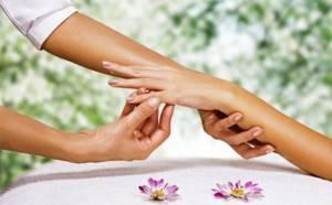 Болят суставы пальцев рук: что делать в домашних условиях, проявления патологии и возможные заболевания, способы диагностики и лечения болезни, факторы риска