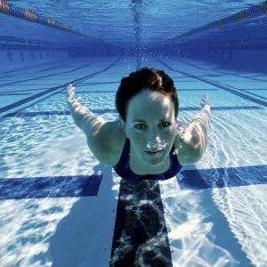 Лечебное плавание при сколиозе 1, 2, 3 и 4 степени: техника упражнений в воде, эффективные методики для коррекции осанки, показания и противопоказания к процедурам