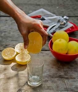Цитрусовые при подагре: можно ли есть и правила употребления в пищу, влияние лимонной кислоты на болезнь, лечебные рецепты с лимоном