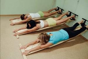 Упражнения при остеохондрозе на растяжку позвоночника: примеры движений и противопоказания, польза и вред физических нагрузок, правила выполнения
