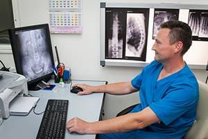 Рентген пояснично-крестцового отдела позвоночника: какие патологи выявляет, особенности исследования, противопоказания и возможные последствия, правила подготовки и проведения