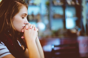Заговор от боли в суставах: эффективные народные методы для устранения синдрома, молитвы святым, как правильно читать и проводить обряд в домашних условиях