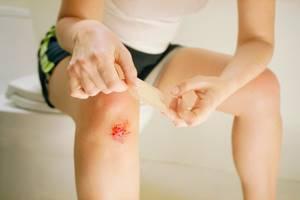 У ребенка болят колени: причины боли, сопутствующие симптомы и методы диагностики, современные и народные методы лечения, меры профилактики и возможные осложнения